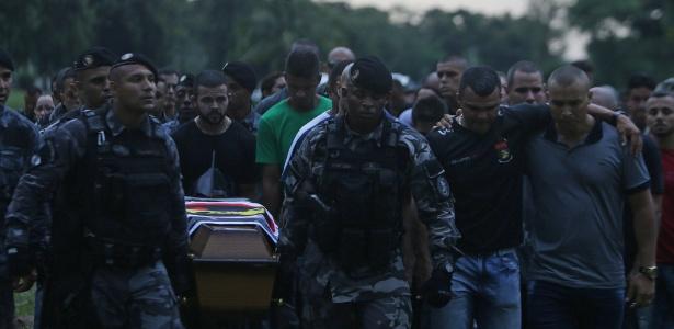 26.jan.2018 - O soldado Thiago Chaves da Silva foi sepultado no Cemitério Jardim da Saudade. Policiais do Batalhão de Choque (BPChq), onde ele era lotado, seguiram em comboio do Centro até o cemitério
