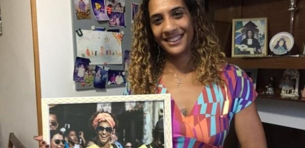 Anielle, irmã de Marielle Franco, com a foto da vereadora - BBC