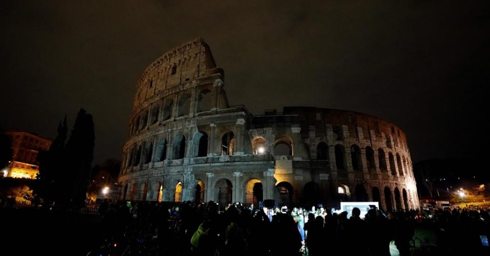 """O Coliseu, em Roma, fica às escuras durante a """"Hora do Planeta"""". Os 60 minutos no escuro têm como objetivo chamar atenção contra a mudança climática e para a importância da proteção à natureza"""