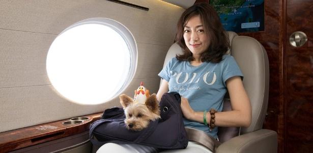 Voos de luxo para cães - Zoe Man posa junto com seu pet a bordo de um jato privado