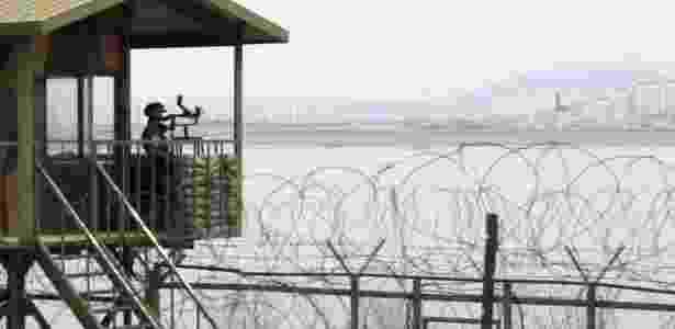 Soldado sul-coreano observa, ao fundo, o rio Imjin, na Coreia do Norte, na fronteira que divide a Península Coreana em dois países - Barbara Walton /EFE