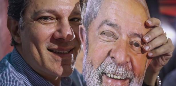 4.ago.2018 - Fernando Haddad posa para foto segurando máscara com o rosto do ex-presidente Lula