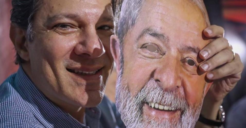 4.ago.2018 - Fernando Haddad posa para foto segurando máscara com o rosto do ex-presidente Lula durante convenção nacional do PT