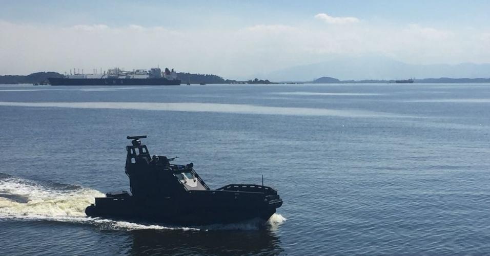 Uma lancha blindada foi usada durante o patrulhamento da Baia de Guanabara