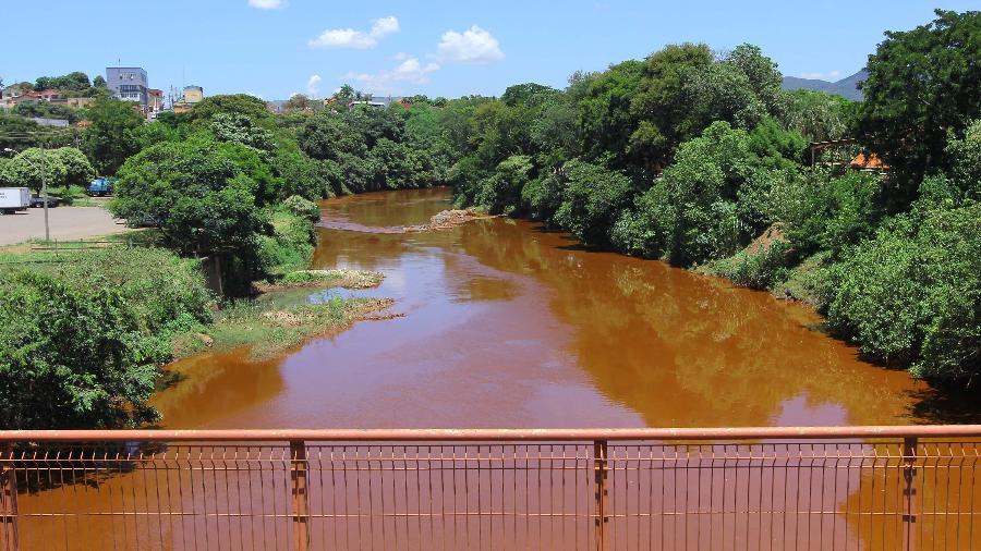 Vista do rio Paraopeba, na área urbana de Brumadinho (MG). Os rejeitos de minério que vazaram da barragem estão escorrendo pelo rio - Christyam de Lima - 29.jan.2019/Futura Press/Estadão Conteúdo