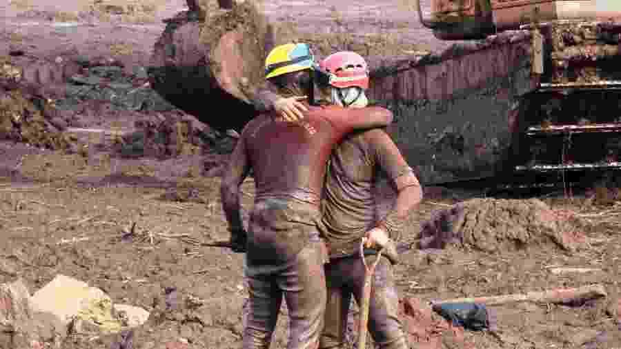 14.fev.2019 - Bombeiros realizam trabalhos de buscas e resgate na região atingida pela lama após o rompimento da barragem de rejeitos da Mina do Feijão da Vale - Roberio Fernandes/Futura Press/Estadão Conteúdo