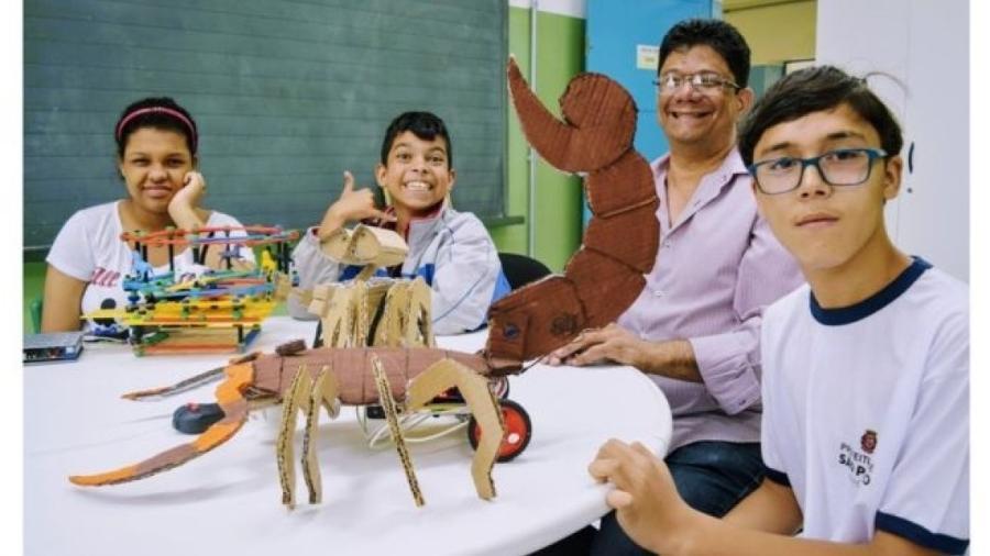 """Julia, Guilherme e André exibem seus projetos de robótica na sala de recursos com o professor Edson: """"Professor não pode deixar ninguém para trás"""" - Divulgação/Secretaria Municipal de Educação"""