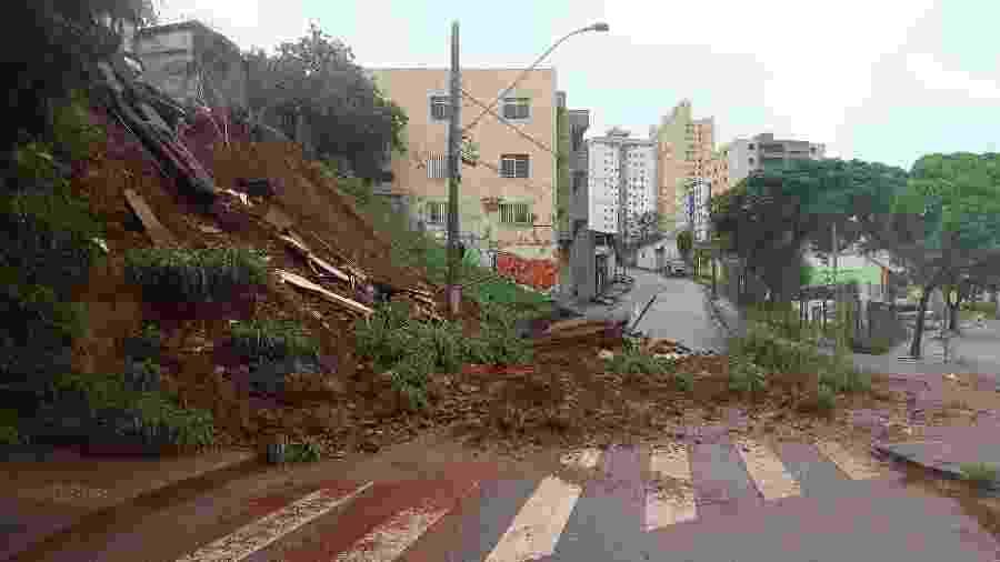 25.jan.2020 - Chuvas causaram danos na avenida dos Andradas, em Belo Horizonte, MG, neste sábado, 25 - Luidgi Carvalho/Estadão Conteúdo