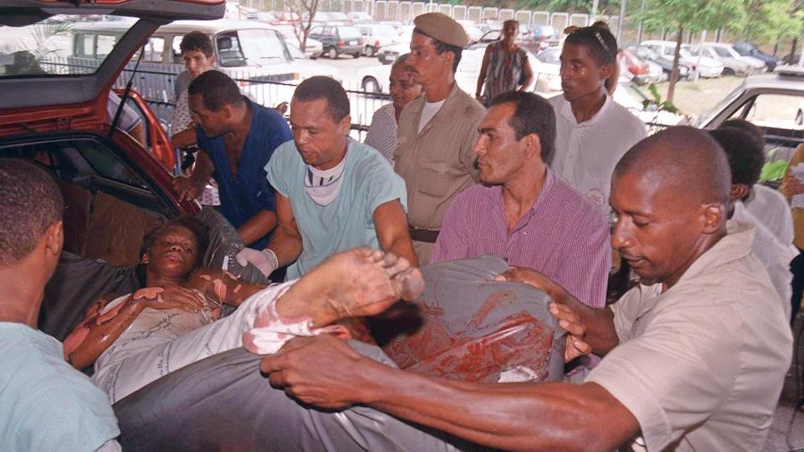 Mulher que foi vítima de explosão em fábrica de fogos em Santo Antônio de Jesus, na Bahia, é socorrida - José Simões - 11.dez.1998/Correio da Bahia