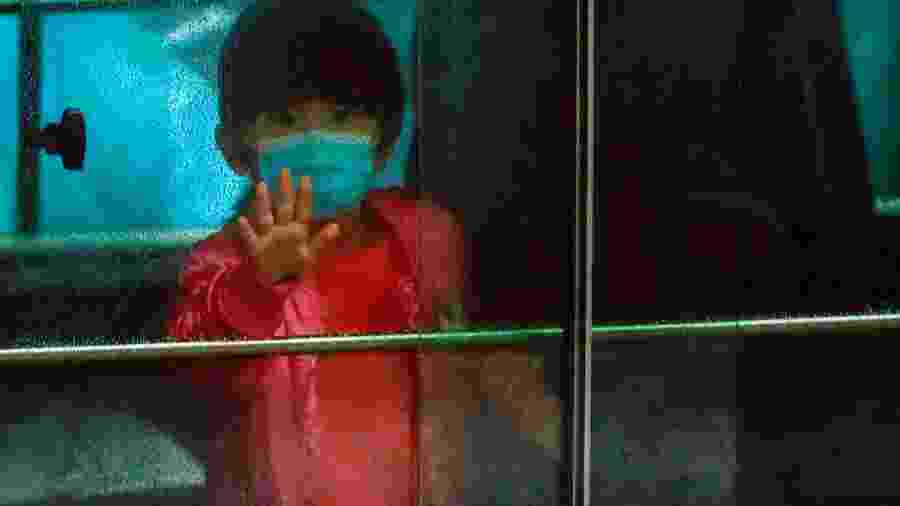 Criança é retirada de prédio esvaziado durante surto de coronavírus em Hong Kong - TYRONE SIU