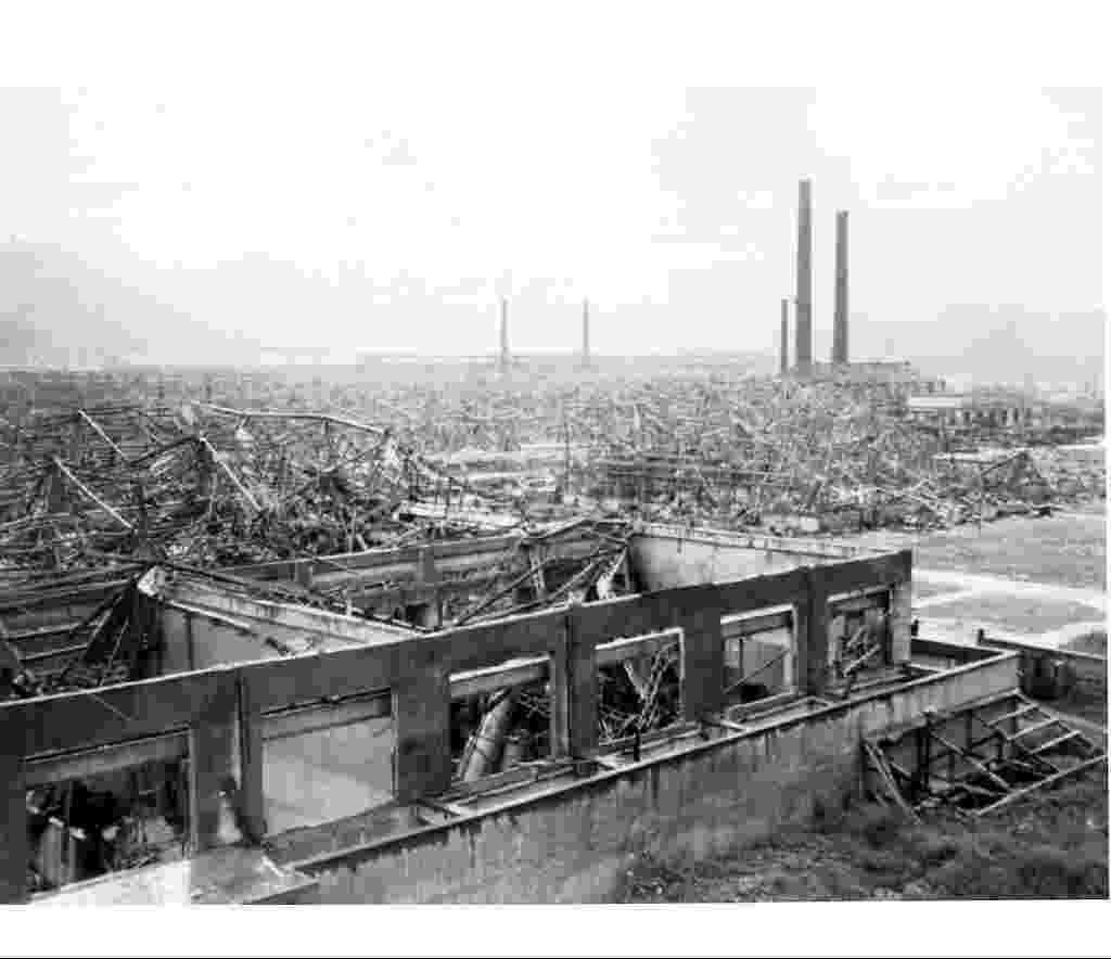"""29.jul.2015 - A fábrica da Mitsubishi em Nagasaki, no Japão, foi um dos alvos da bomba atômica lançada sobre a cidade em 9 de agosto de 1945 e ficou totalmente destruída. Batizada de """"fat man"""" (gordo, em inglês), a bomba matou cerca de 70 mil pessoas e deixou 25 mil feridas no local. Segundo historiadores americanos, o alto-comando dos EUA ameaçou atacar Tóquio caso o Japão não se rendesse durante a Segunda Guerra Mundial - The National Archives/Reuters"""
