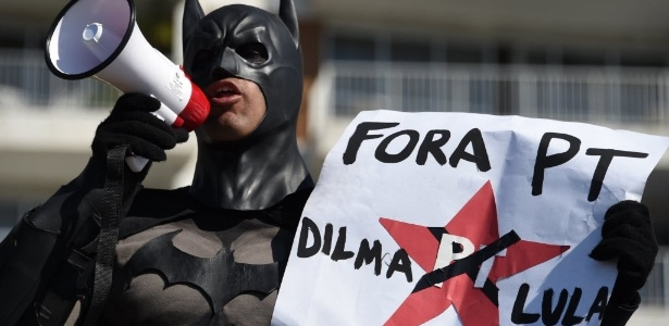 Batman marca presença em protesto no Rio de Janeiro - Vanderlei Almeida/AFP