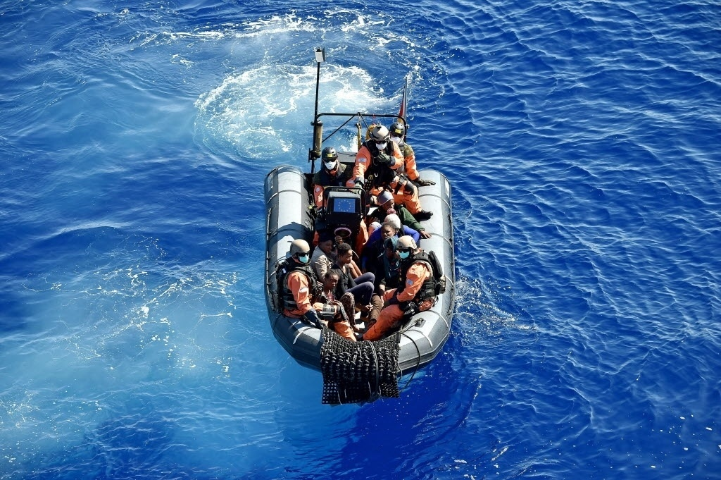 26.set.2015 - Migrantes são resgatados do mar por um bote da marinha alemã. Para enfrentar a crise migratória, a chanceler federal alemã, Angela Merkel, propôs durante a Cúpula de Desenvolvimento Sustentável da ONU que haja esforço coletivo para combater guerra e violência, além de políticas para ajudar os refugiados