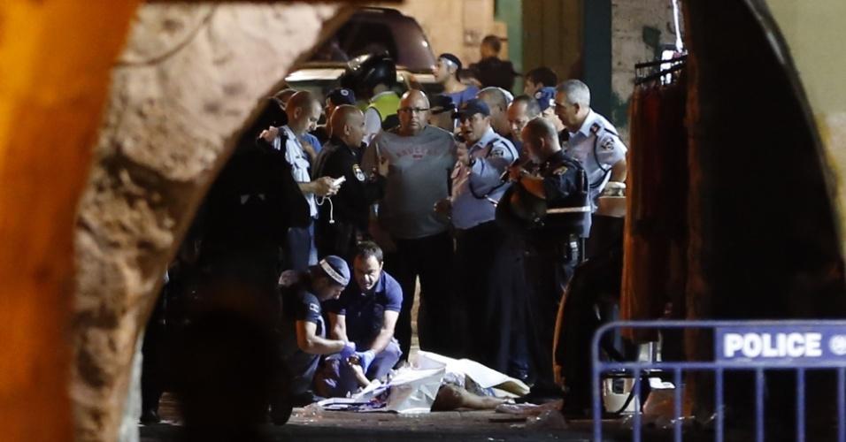3.out.2015 - Membros das forças de segurança e do serviço de emergência de Israel inspecionam corpo de palestino morto depois dele esfaquear três e matar dois israelenses na Cidade Antiga de Jerusalém