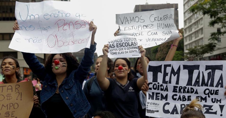 6.out.2015 - Estudantes da rede estadual de ensino de São Paulo realizaram um protesto nesta terça-feira (6) no centro de São Paulo. Durante o ato, parte da avenida Paulista foi fechada. No fim de setembro, o Governo de SP anunciou mudanças na rede, com o fechamento de unidades e salas de aula