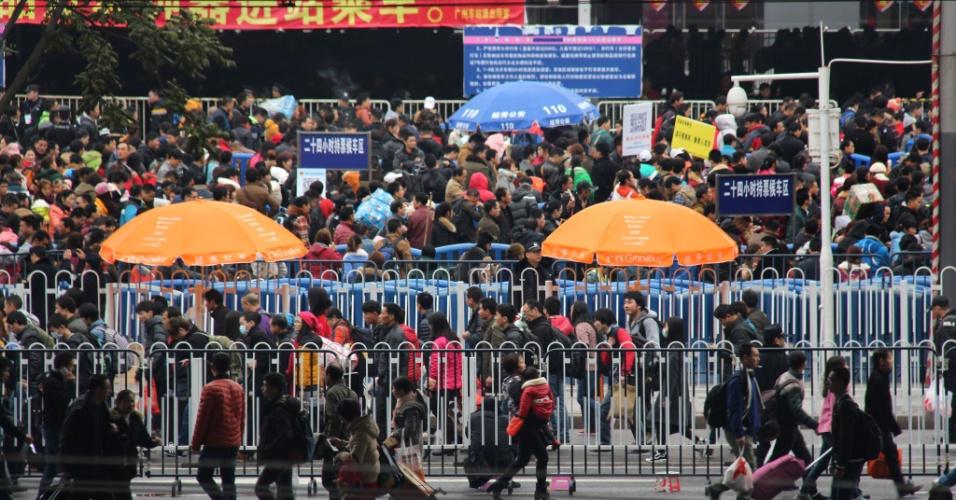 3.fev.2016 - Milhares de chineses aguardam para embarcar na maior estação de trem da cidade de Guangzhou. O governo chinês estima que em todo o país sejam realizadas quase 3 bilhões de viagens devido ao feriado do Ano Novo Lunar. Esse movimento é considerado a maior migração em massa em todo o mundo