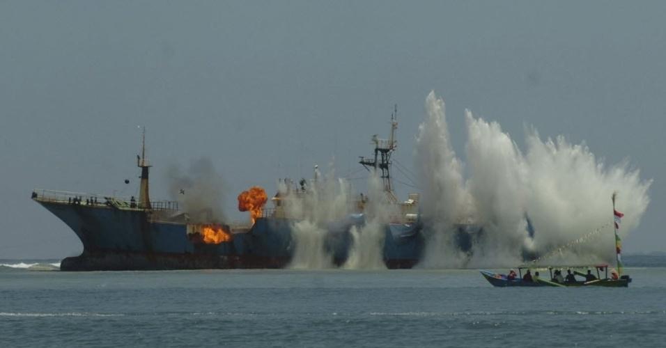 14.mar.2016 - Marinha da Indonésia explode um navio de pesca ilegal que estava em Tanjung Batu Mandi