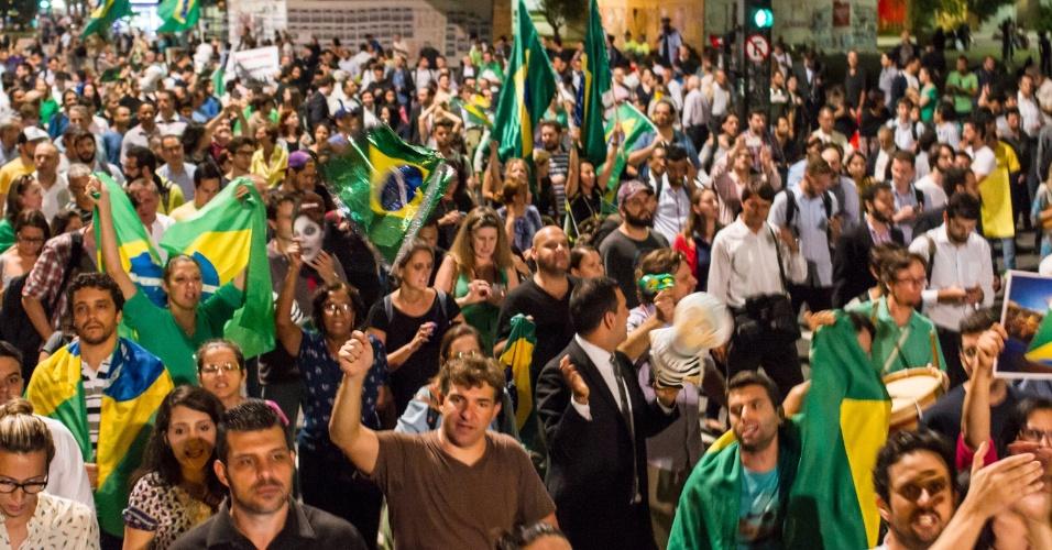16.mar.2016 - Avenida Paulista é ponto de encontro de manifestantes em São Paulo. Após ser tomada no último domingo, local volta a ser referência após nomeação do ex-presidente Luiz Inácio Lula da Silva (PT) a ministro da Casa Civil