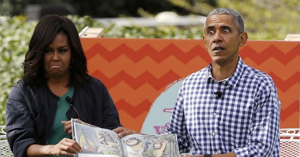28.mar.2016 - A primeira-dama dos EUA, Michelle Obama, e o presidente, Barack Obama, contam histórias para crianças durante a tradicional corrida dos ovos de Páscoa, na Casa Branca, em Washington