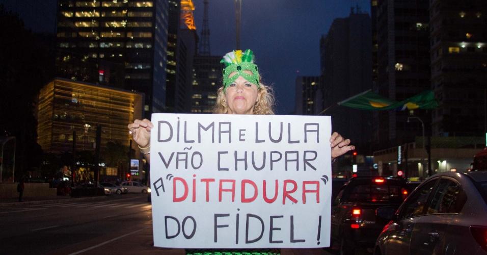 24.mar.2016 - Mulher exibe cartaz contra Lula e Dilma em frente ao prédio da Fiesp, na avenida Paulista, em São Paulo, onde manifestantes acampados exigem a renúncia ou impeachment da presidente Dilma Rousseff