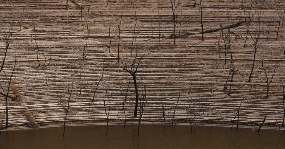"""A seca fez com que uma das maiores hidrelétricas do mundo, a """"Simon Bolivar"""", também conhecida como represa de Guri, na Venezuela, se transformasse num deserto. Os governistas culpam o fenômeno meteorológico El Niño e os oposicionistas, a falta de manutenção e pouco planejamento"""