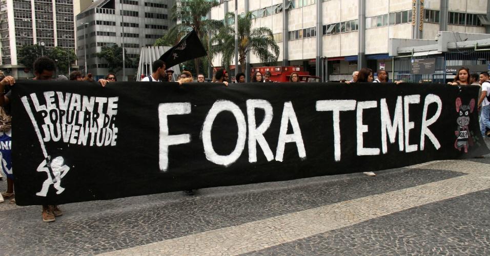 12.mai.2016 - Manifestantes contrários ao impeachment da presidente afastada, Dilma Rousseff, protestam em frente à sede do PMDB, no centro do Rio de Janeiro. Nesta quinta-feira, o vice-presidente Michel Temer assumiu o governo interinamente