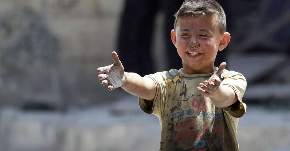 2.jun.2016 - Menino sírio chora após morte de irmão em ataque aéreo em Maarat al-Numan, no noroeste da Síria, área controlada por rebeldes. Segundo a ONU (Organização das Nações Unidas), quase 600 mil pessoas vivem em zonas sitiadas no país