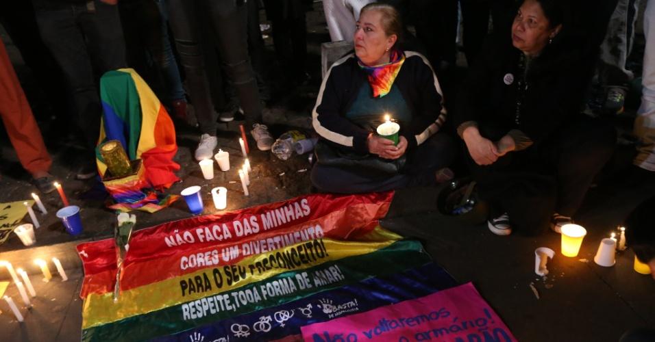 12.jun.2016 - Ativistas realizam vigília em homenagem às vítimas do massacre na boate gay Pulse, na Flórida (EUA), no vão livre no Masp, na avenida Paulista. Um atirador matou 50 pessoas e feriu 53 dentro de uma boate gay em Orlando