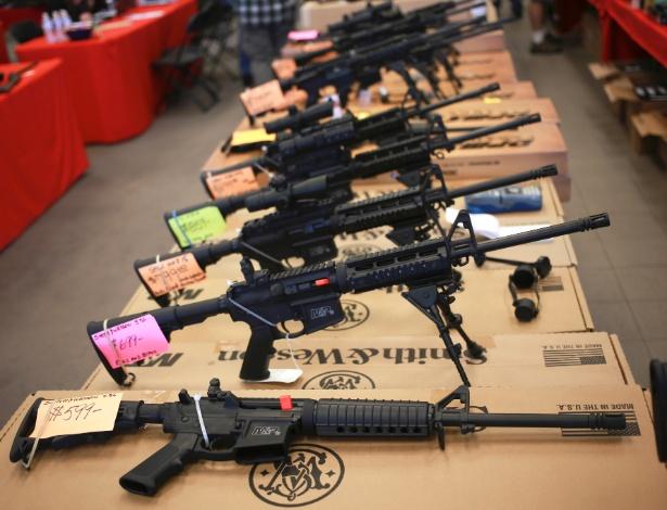 Fuzis AR-15 Smith & Wesson à venda em exposição de armas em Loveland, Colorado (EUA)