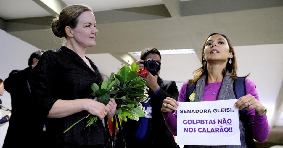 27.jun.2016 - A senadora Gleisi Hoffmann (PT-PR) é recebida com flores ao chegar ao Senado após a prisão de seu marido, o ex-ministro Paulo Bernardo