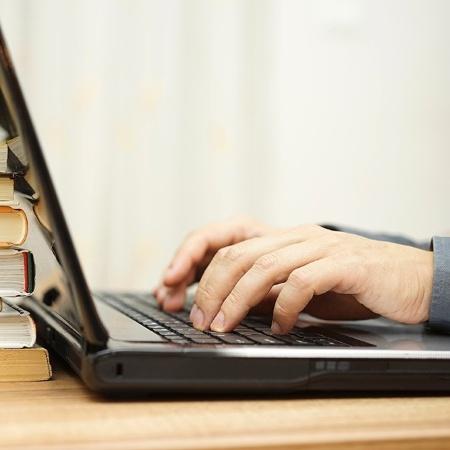 Homem trabalha em computador, homem trabalha em notebook, pc, computador, ead, educação à distância - Getty Images