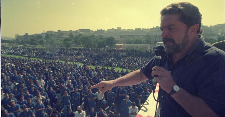 23.abr.1992 - Luiz Inácio Lula da Silva, presidente do PT, discursa para manifestantes na rodovia Anchieta, em frente à Volkswagen, em São Bernardo do Campo (SP). Segundo o Sindicato dos Metalúrgicos de São Bernardo e Diadema, 12 mil trabalhadores da Volkswagen paralisaram a rodovia por duas horas
