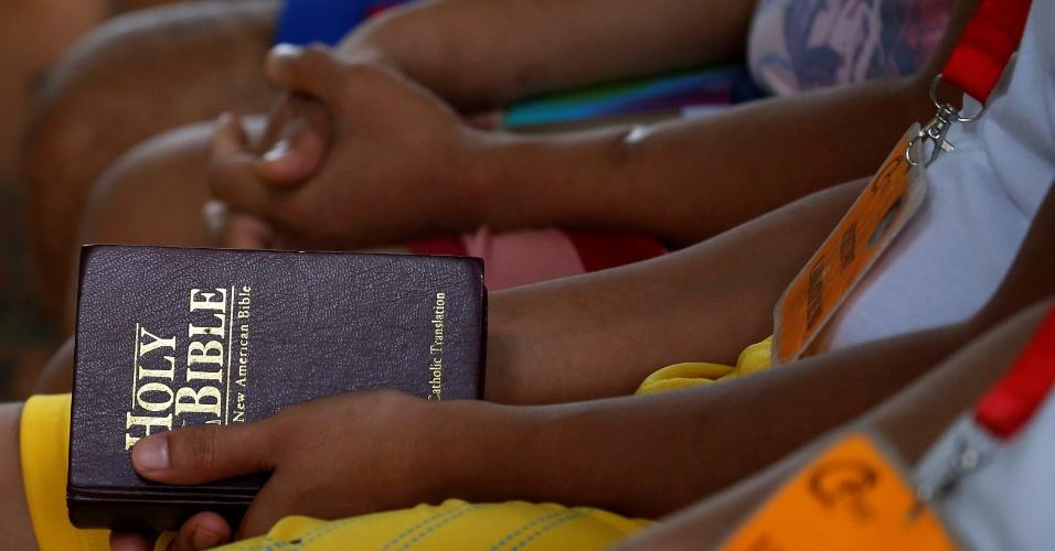 28.set.2016 - Usuário de droga segura uma Bíblia antes da aula de ioga em centro de reabilitação em Antipolo, nas Filipinas