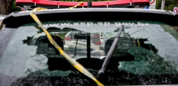 Carro da PM foi atingido durante o tiroteio; policial ficou ferido