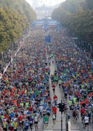 Maratona de Berlim passa pela Unter den Linden, com o portão de Brandemburgo ao fundo - Fabrizio Bensch/Reuters