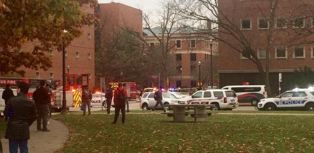 28.nov.2016 - Carros da polícia, dos bombeiros e ambulância estacionam próximos a local de tiroteio na Ohio State University