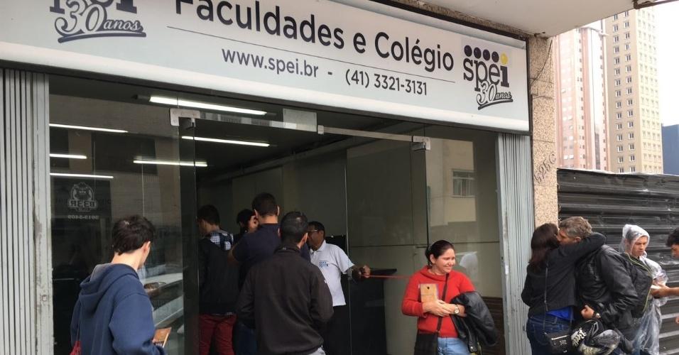 3.dez.2016 - Chegada de inscritos em local de prova no Centro de Curitiba