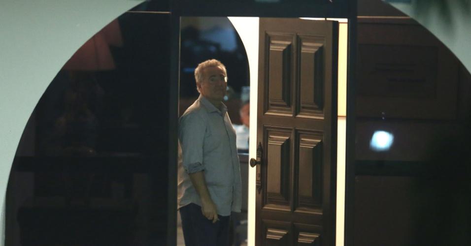 5.dez.2016 - O senador Renan Calheiros (PMDB-AL) na entrada da residência oficial do Senado, em Brasília, na noite desta segunda-feira (5). O ministro Marco Aurélio Mello, do Supremo Tribunal Federal (STF)