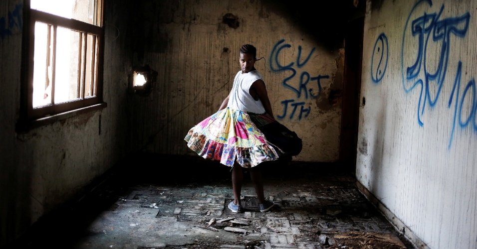 26.nov.2016 - Vitor, 21, que foi convidado a morar na ocupação, posa para retrato em um dos espaços vazios do prédio, no centro de São Paulo