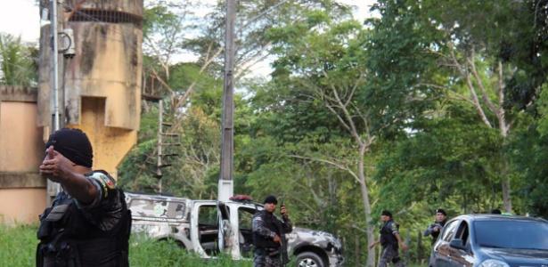 2.jan.2017 - Policiais militares procuram fugitivos do Compaj
