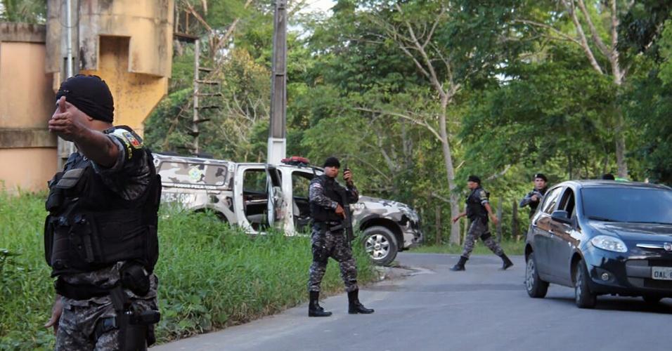2.jan.2017 - Policiais militares procuram fugitivos do Compaj (Complexo Penitenciário Anísio Jobim) depois que uma rebelião deixou 60 mortos no presídio