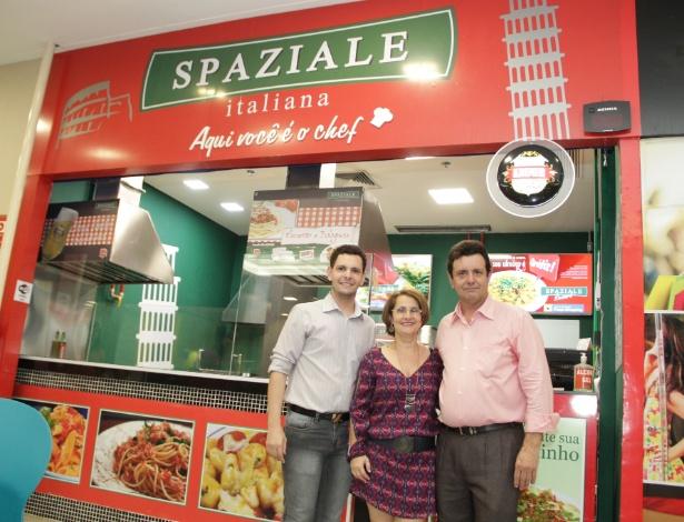 Da esp. para a dir., William Pirolla, Leonilda Pirolla e Luiz Pirolla, donos da franquia Spaziale Italiana, de São José do Rio Preto