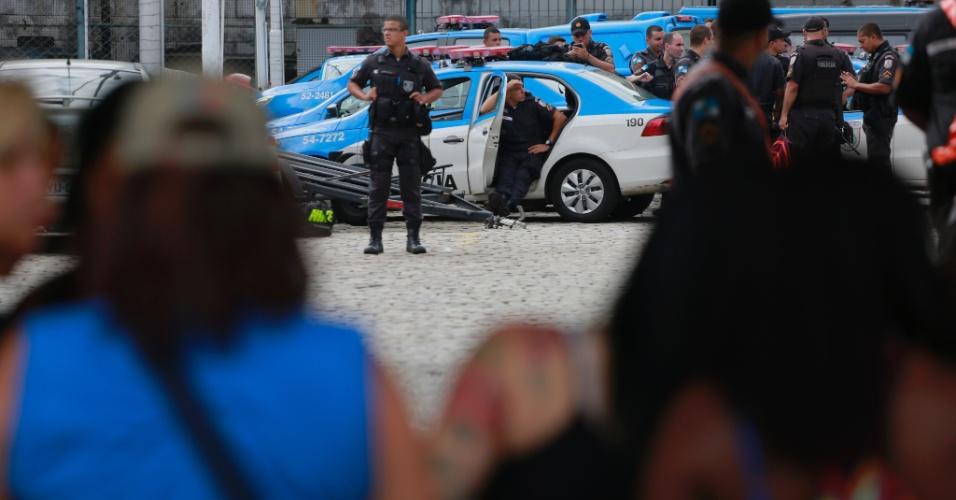 10.fev.2017 -  Mulheres de policiais militares protestam em frente ao portão do 6º Batalhão, na Tijuca, zona norte do Rio de Janeiro