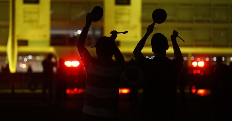 17.mai.2017 - Manifestantes batem panelas em protesto em frente ao Palácio do Planalto após acusação contra o presidente Michel Temer de que ele deu aval para a compra do silêncio do ex-deputado Eduardo Cunha (PMDB)