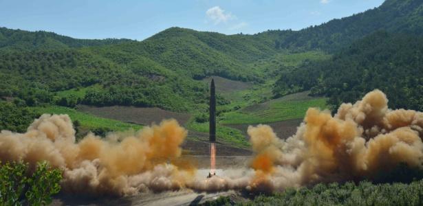 Agência oficial norte-coreana KCNA divulga foto do lançamento do míssil balístico intercontinental Hwasong-14