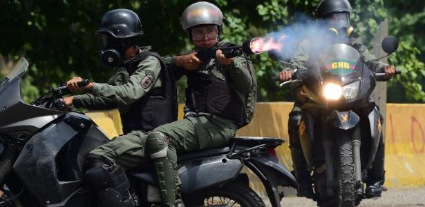 22.jul.2017 - Integrantes da força de segurança entra em confronto com manifestantes em Caracas