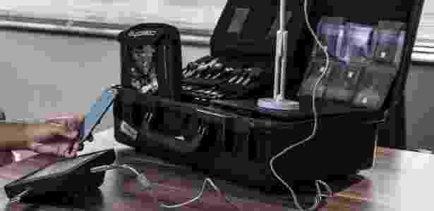 """""""Maleta espiã"""" com equipamentos e cabos para extração de dados de celulares: equipamento é utilizado pela PF em diversas operações diferentes - Keiny Andrade/UOL"""