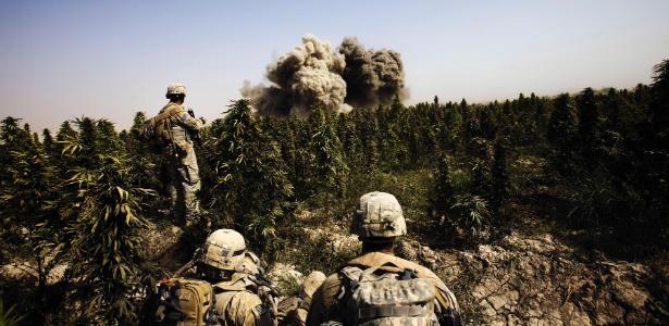 24.out.2010 - Engenheiros do exército dos EUA explodem casa atrás de um campo de maconha, em Kandahar, no Afeganistão