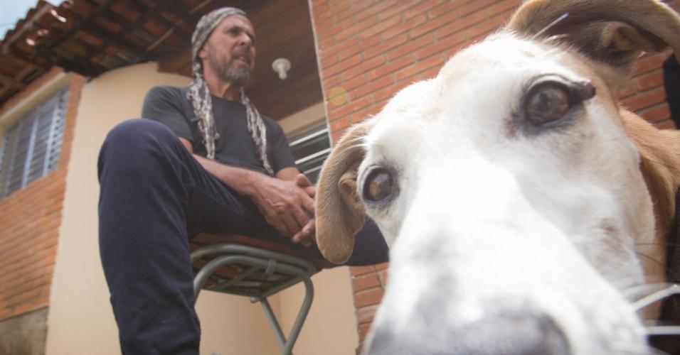 O uruguaio Franka Gonzalez viaja pelo Brasil de bicicleta com seu cachorro Guri