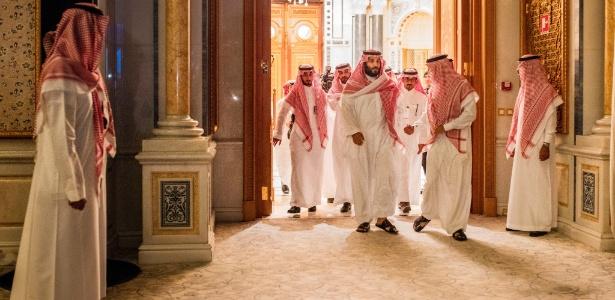 Príncipe herdeiro saudita Mohammed bin Salman, ao centro, chega para feira de Iniciativa de Investimentos Futuros, na Arábia Saudita